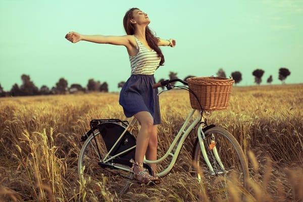 Rüyada bisiklet binmek, üzüntü ve kederin gitmesine işarettir. Çünkü bisiklete binen çocuk sevinçlidir. Her şeyin en güzelini ve doğrusunu Allahu Telâlâ bilir.